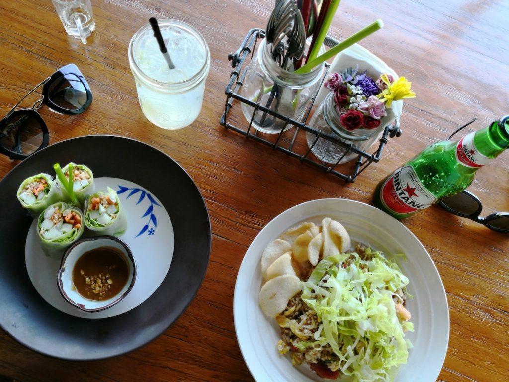 バリ島レストランでライスペーパーロールとチャーハン
