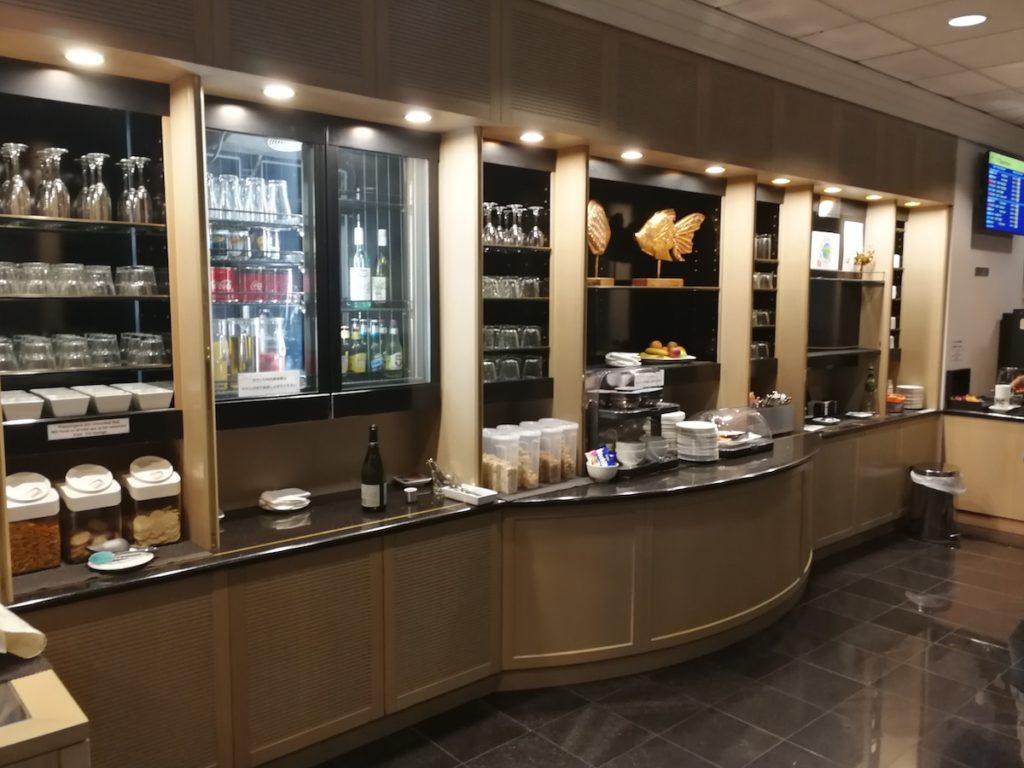 ケアンズ国際線のリーフラウンジの飲み物と食事の様子