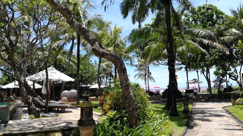 ザロイヤルビーチスミニャックホテルのプール横