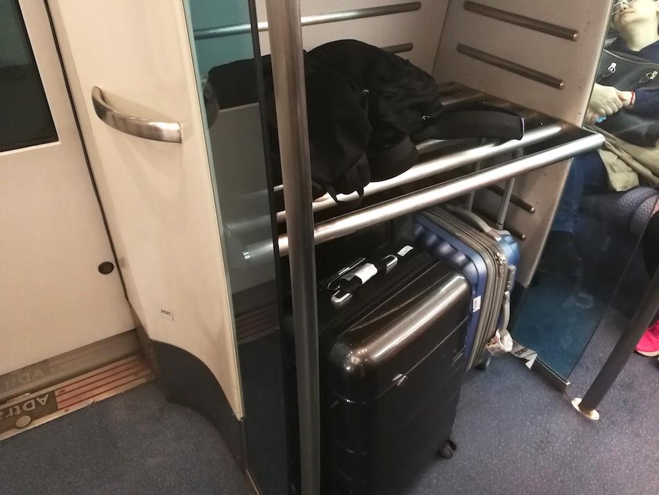 香港エアポート・エクスプレスの車内のスーツケース置き場の様子