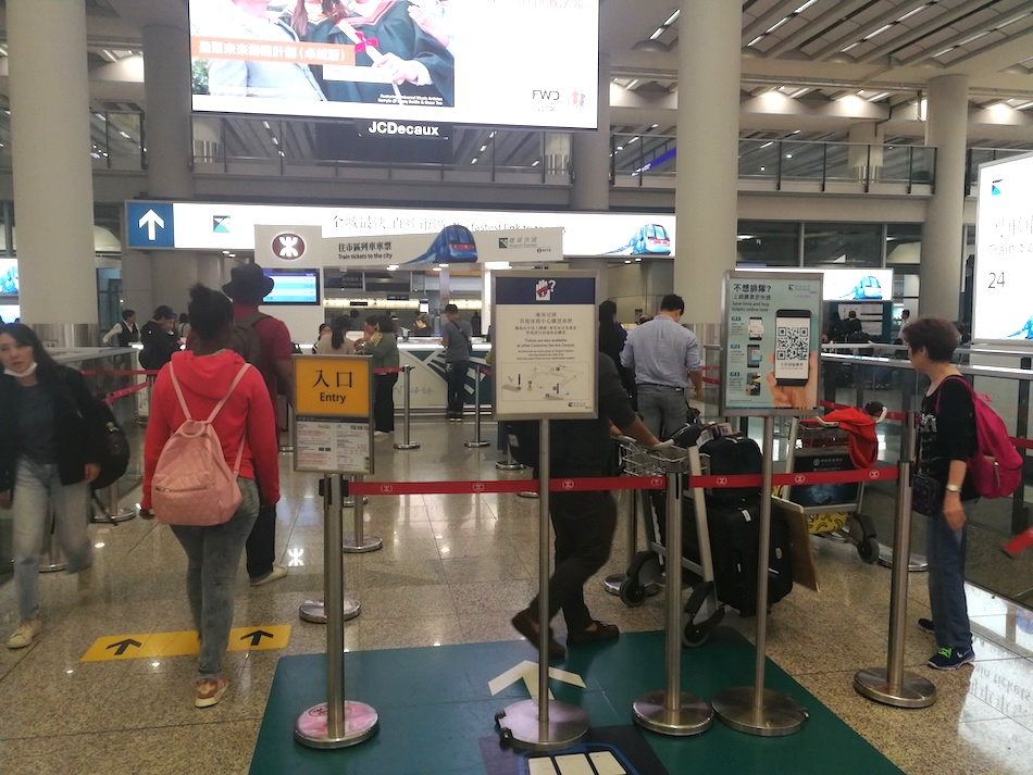 香港空港のエアポート・エクスプレスチケットとオクトパスカードのカウンターの入り口