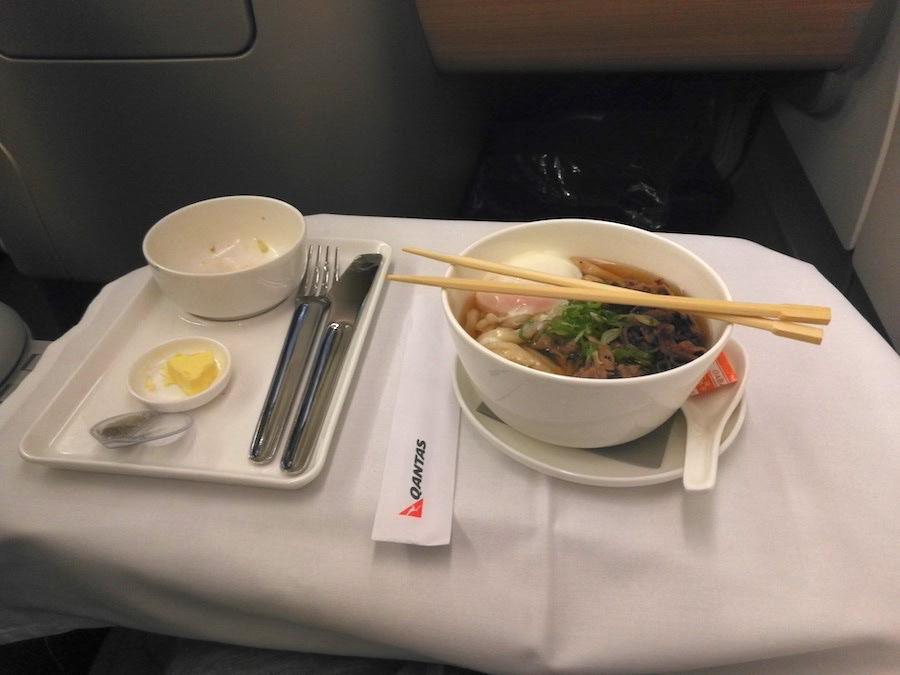 カンタス航空ビジネスクラスの機内食の肉うどん