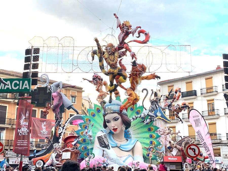 サンホセの火祭りの人形の様子1