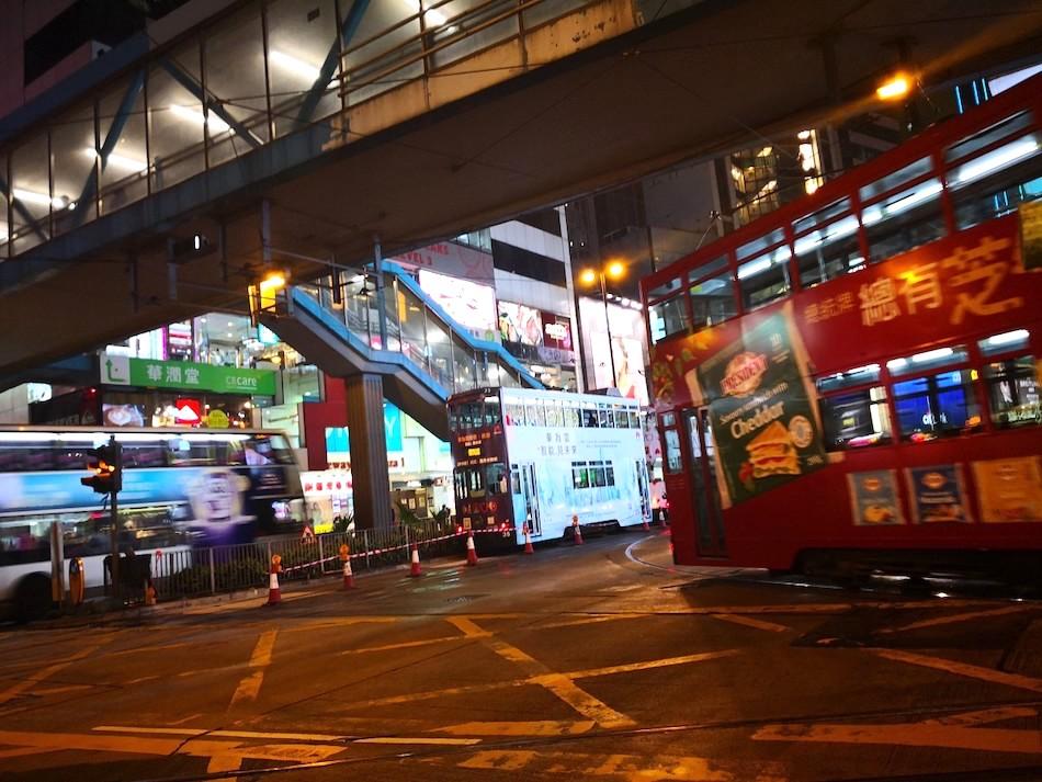 香港の夜のトラムの様子