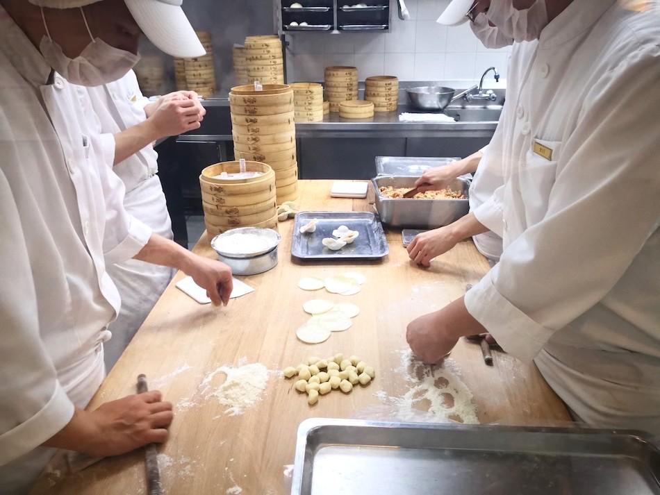 香港の鼎泰豊で小籠包を作るシェフ