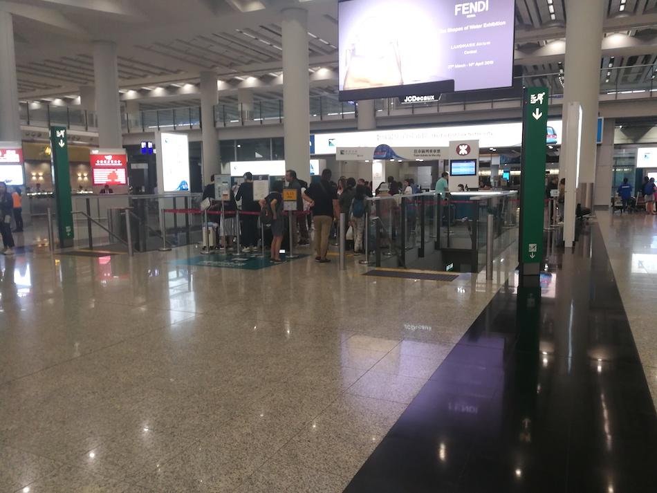 香港空港のエアポート・エクスプレスチケットとオクトパスカードのカウンター
