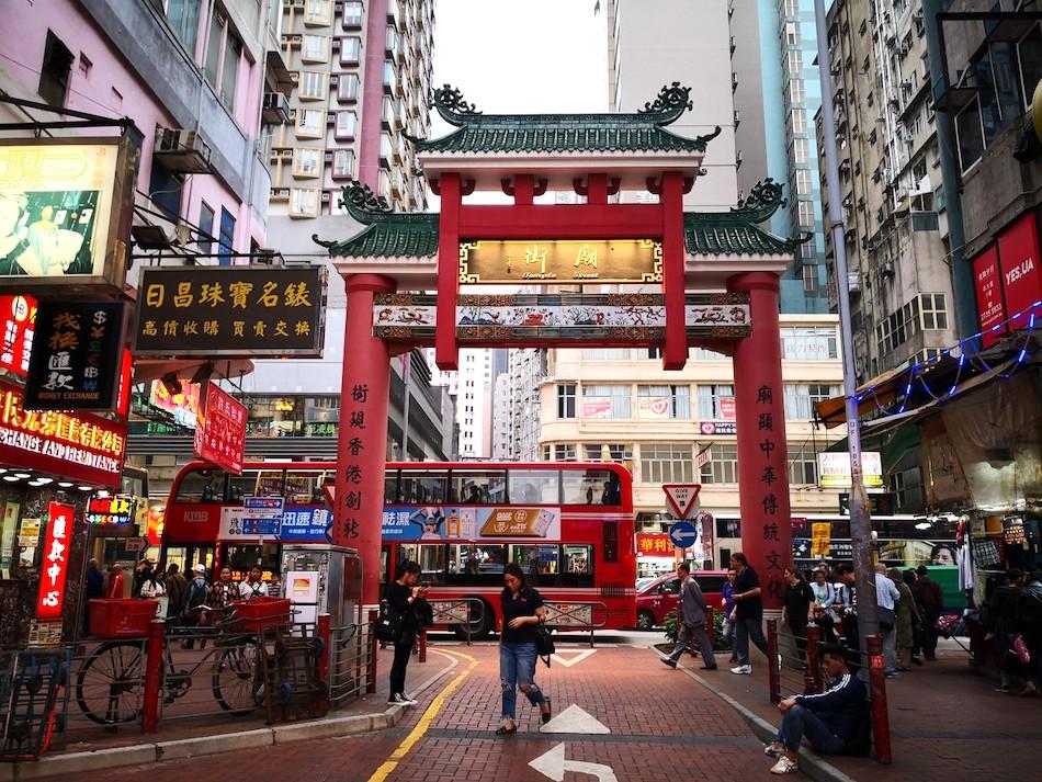 香港男人街の入り口の門の様子