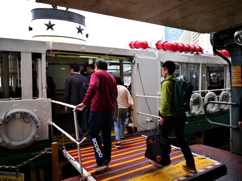香港スターフェリーに乗る様子