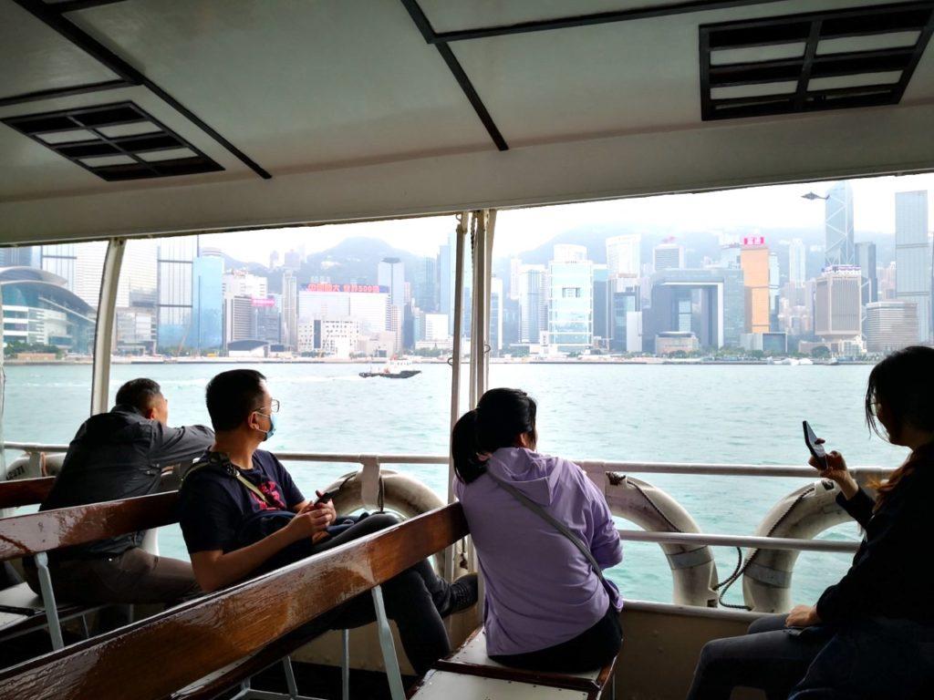 香港スターフェリー船内からの眺め1