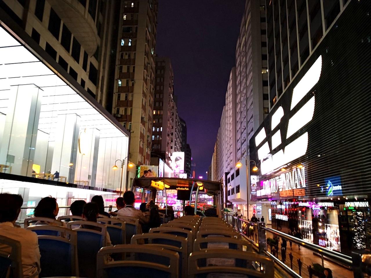 香港のオープントップバスの夜景の様子