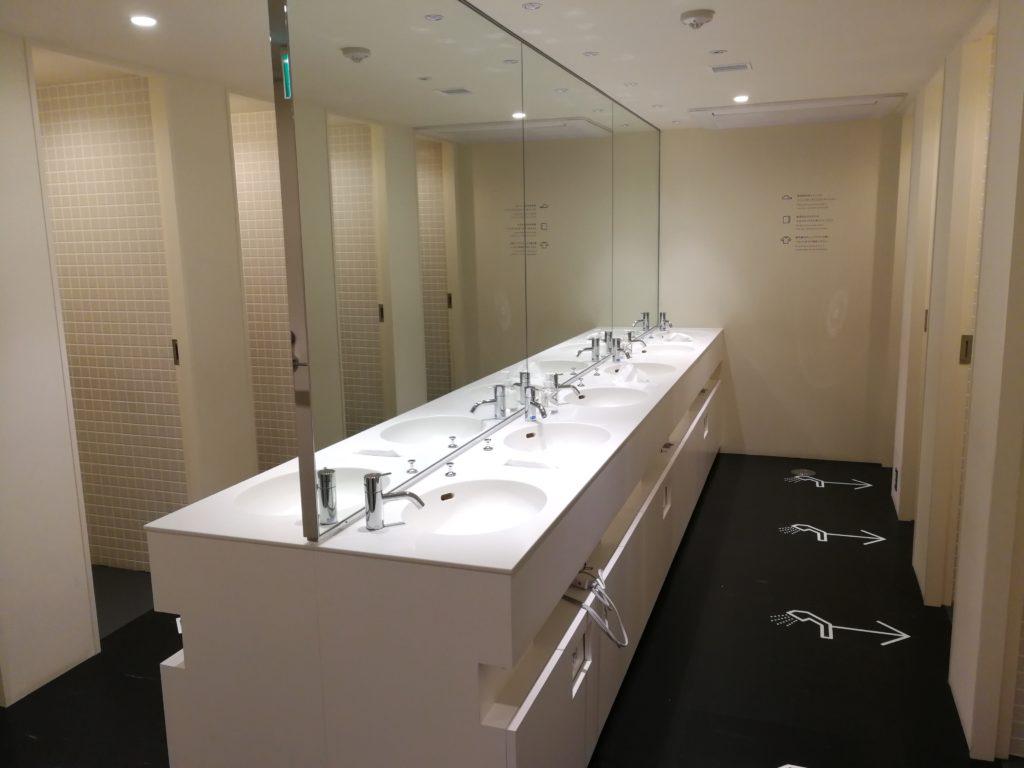 ナインアワーズ浅草の男性用洗面所
