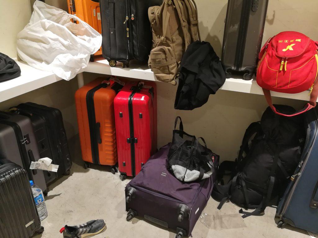 ナインアワーズ浅草の男性用ロッカーの荷物置き場