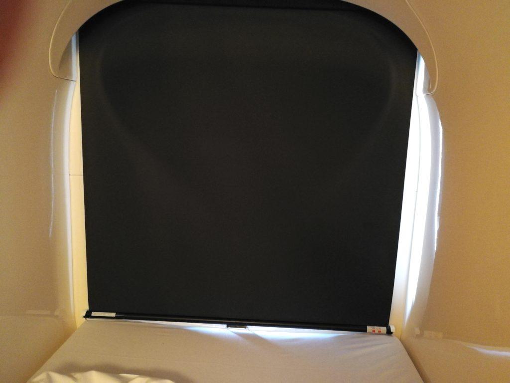 ナインアワーズ浅草のカプセルルームでカーテンを閉じた様子