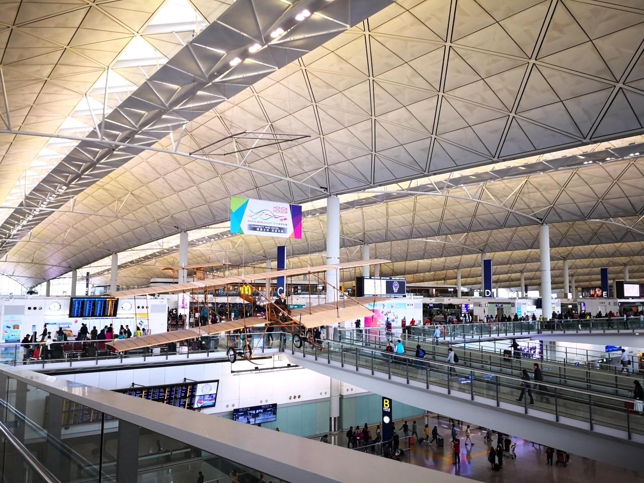 香港国際空港の出発ロビー